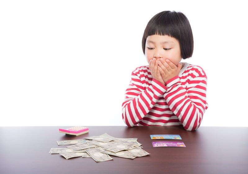 お金を見ている女の子1
